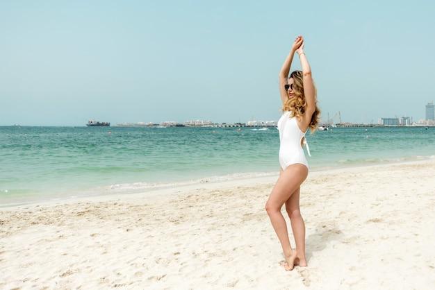 Mulher, em, dubai, praia, desgastar, branca, swimsuits