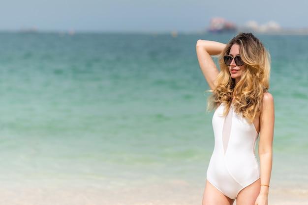 Mulher, em, dubai, praia
