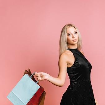 Mulher, em, elegante, vestido, com, bolsas para compras