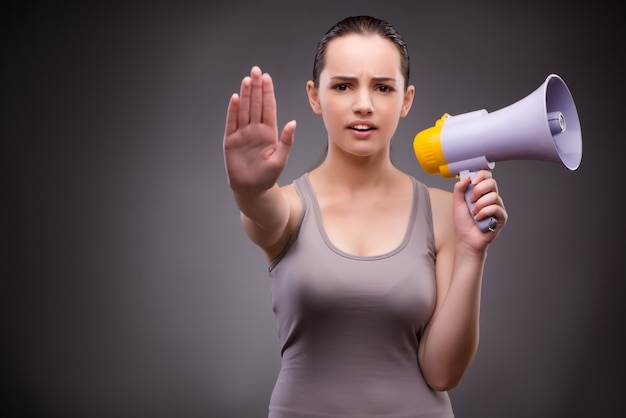 Mulher, em, esportes, conceito, com, alto-falante