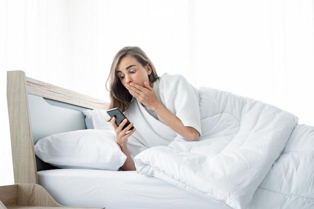 Mulher em estado de choque depois que acordou tarde.