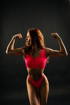 Mulher em estúdio, corpo de mulher bonita fitness esporte está em roupa íntima