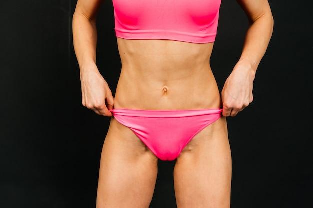 Mulher em estúdio, corpo de mulher bonita fitness esporte está em uma cueca