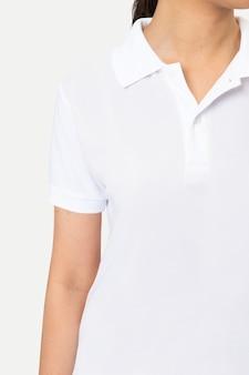 Mulher em estúdio de vestuário de camisa pólo branca básica