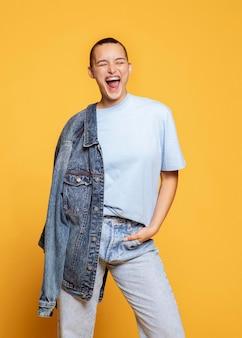 Mulher em êxtase posando com jaqueta jeans