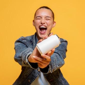 Mulher em êxtase segurando uma lata de refrigerante