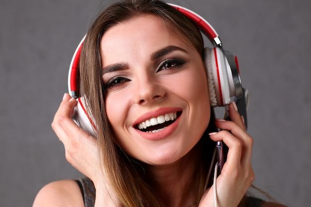 Mulher em fones de ouvido segurando smartphone