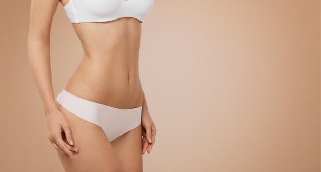 Mulher em forma de lingerie branca