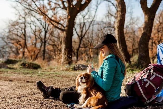 Mulher em foto completa com cachorro ao ar livre