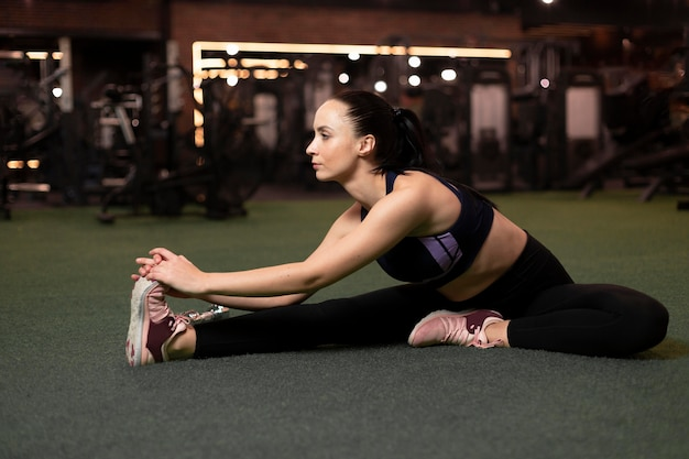 Mulher em foto completa esticando a perna