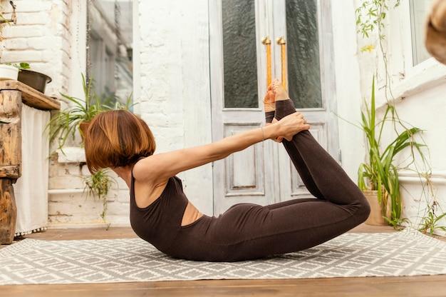 Mulher em foto completa esticando as pernas