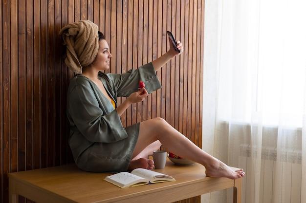 Mulher em foto completa tirando selfie