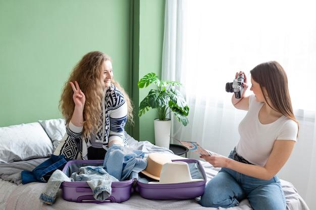 Mulher em foto média tirando fotos em ambientes fechados
