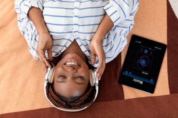 Mulher em foto média usando fones de ouvido, vista superior