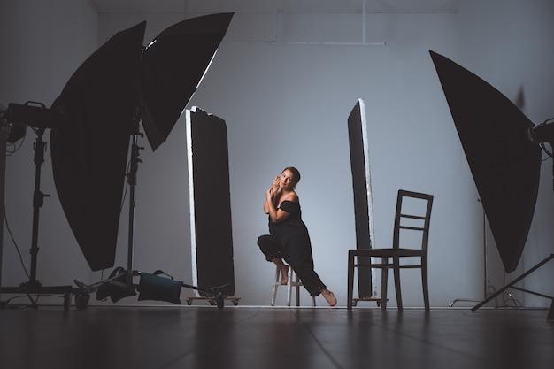 Mulher em foto profissional atirando no estúdio