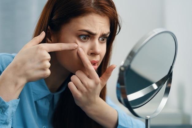 Mulher em frente ao espelho cosméticos dermatologia maquiagem cuidados com a pele