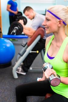 Mulher, em, ginásio, treinamento, com, mudo, sinos