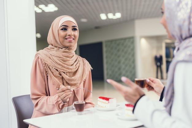Mulher, em, hijab, com, amigos, ligado, shopping