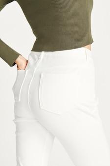 Mulher em jeans branco, vista traseira