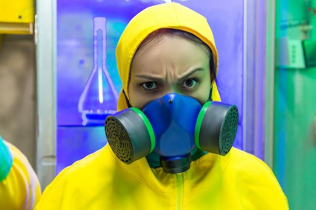 Mulher em laboratório químico