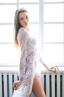 Mulher em lingerie branca