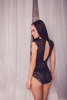 Mulher em lingerie de renda preta