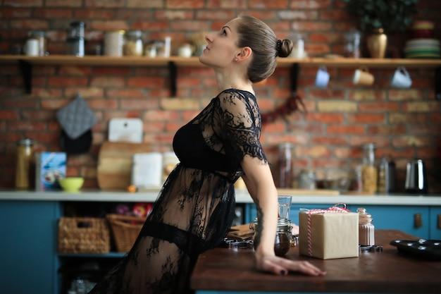 Mulher em lingerie preta