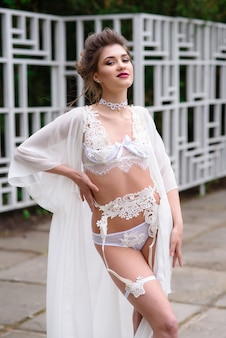 Mulher em lingerie sexy branca no parque.