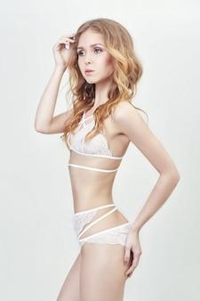 Mulher em lingerie sexy. menina sensual e graciosa com uma figura perfeita. corpo sedutor