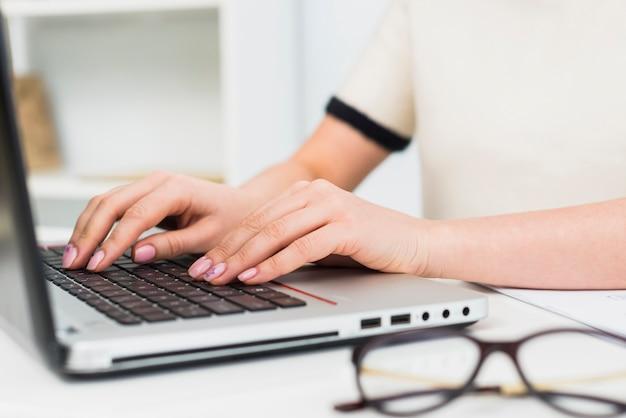 Mulher, em, luz, digitando, ligado, teclado laptop