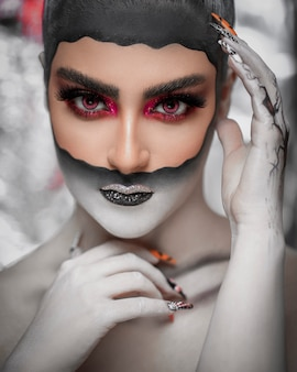 Mulher em maquiagem de baile de máscaras gótico