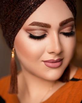 Mulher em maquiagem de estilo oriental