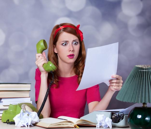 Mulher, em, máquina escrever, ligado, telefone