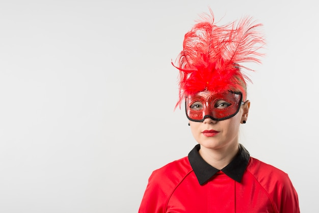 Mulher, em, máscara, com, penas vermelhas
