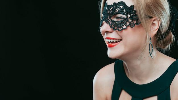 Mulher, em, máscara preta, rir
