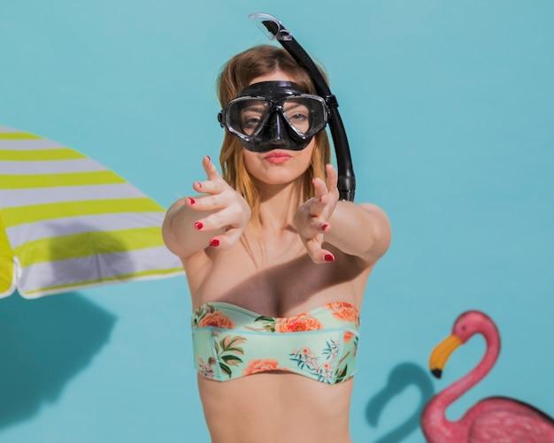 Mulher, em, máscara scuba, ligado, praia