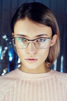 Mulher em néon colorido óculos de reflexão, maquiagem