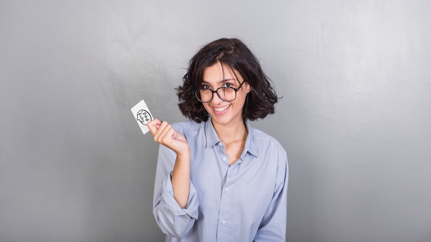 Mulher, em, óculos, com, cartão crédito