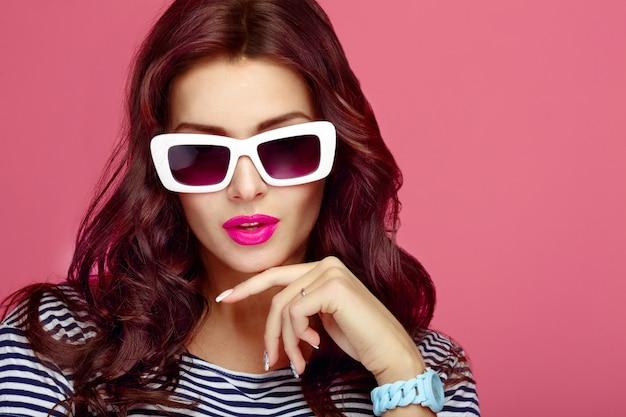 Mulher, em, óculos de sol, close-up, estúdio