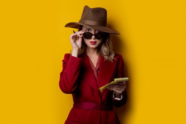 Mulher, em, óculos de sol, com, caderno, e, caneta