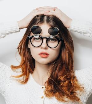 Mulher em óculos executivos clássicos posando