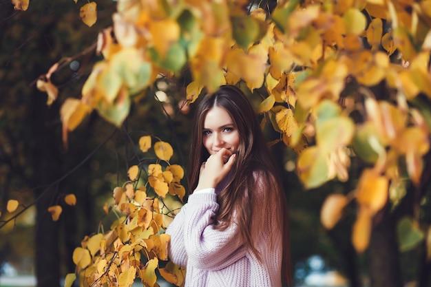 Mulher, em, outono, parque