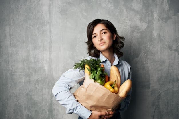 Mulher em pacote de camisa azul com mantimentos em dieta alimentar de supermercado