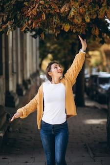 Mulher em panos quentes lá fora no parque outono