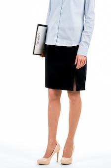 Mulher em pé e segurando a área de transferência. jovem empregada segura a área de transferência. é hora de conhecer os candidatos. recrutador pronto para trabalhar.