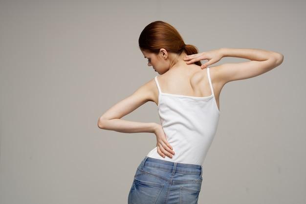 Mulher em pé massagem escoliose medicina fundo isolado