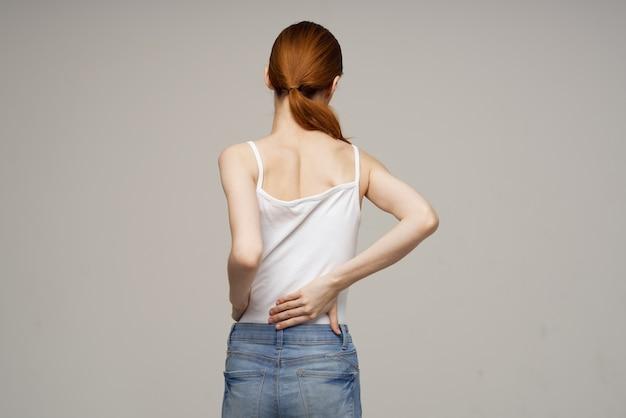 Mulher em pé massagem nas costas com escoliose