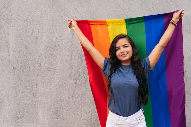 Mulher em pé na rua com a bandeira lgtb. conceito lgbt