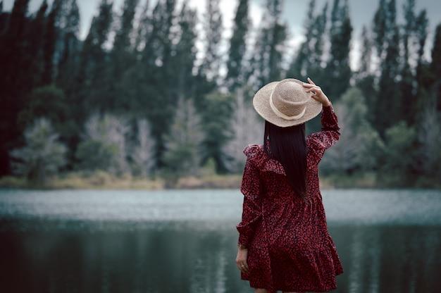 Mulher em pé perto do lago em liwong, songkhla, tailândia