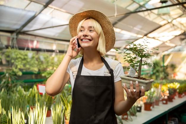 Mulher em plano médio assumindo telefone